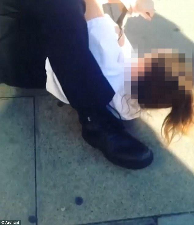 Londra, poliziotto trascina tredicenne per i capelli5