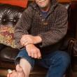 Malato di diabete, si taglia le dita dei piedi con una pinza 7