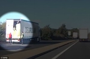 YOUTUBE Migranti scendono di nascosto dal camion in un'autostrada britannica