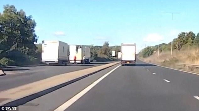 Migranti scendono di nascosto dal camion in un'autostrada britannica2