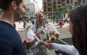 New York, indossa la spazzatura che ha prodotto nelle ultime due settimane88
