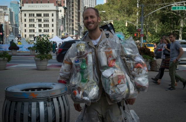 New York, indossa la spazzatura che ha prodotto nelle ultime due settimane