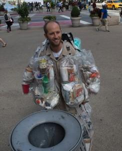 Guarda la versione ingrandita di YOUTUBE New York, indossa la spazzatura che ha prodotto nelle ultime due settimane