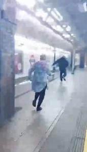 Guarda la versione ingrandita di YOUTUBE Picchia asatico nella metro di Londra: donna insegue aggressore