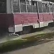 Piede incastrato nel tram viene trascinato per 500 metri1