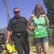 Poliziotto palpa la donna che sta arrestando8