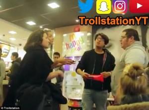 Guarda la versione ingrandita di YOUTUBE Prendono in giro ragazzo obeso al fast food: cliente lo vendica così