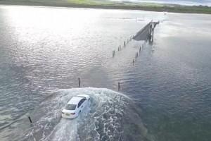 Prova ad attraversare fiume con auto e resta bloccato VIDEO drone