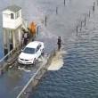 Prova ad attraversare fiume con auto e resta bloccato VIDEO drone4