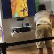 Prova gioco realtà virtuale: si lancia a terra di faccia nel negozio5
