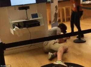 Prova gioco realtà virtuale: si lancia a terra di faccia nel negozio6