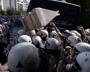 Guarda la versione ingrandita di YOUTUBE Grecia, pensionati tentano di ribaltare blindato polizia