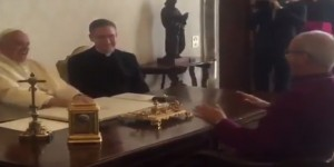 YOUTUBE Papa Francesco, risata incontenibile a barzelletta arcivescovo