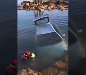 YOUTUBE Assessore Vito Carella dimentica freno a mano: auto finisce in mare