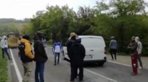 """VIDEO Piacenza, profughi bloccano strada: """"Non riceviamo diaria da un mese"""""""