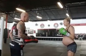VIDEO Incinta alla 39esima settimana si allena alla boxe thailandese