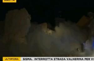 Guarda la versione ingrandita di VIDEO Terremoto, a Preci la chiesa crolla e si sbriciola in diretta tv