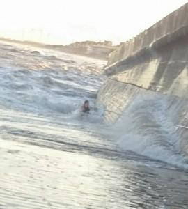 Si avvicina al mare in tempesta: onda la travolge, passanti la salvano8