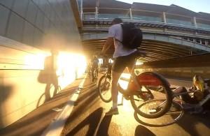 Guarda la versione ingrandita di YOUTUBE Tamponamento tra ciclisti sulla autostrada per le bici