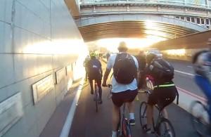 Tamponamento tra ciclisti sulla autostrada per le bici6