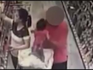 Guarda la versione ingrandita di YOUTUBE Tenta rapire bambina a supermercato. Fermato dalla madre