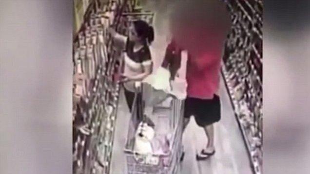 Tenta rapire bambina a supermercato. Fermato dalla madre