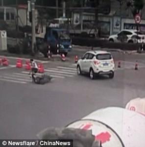 Guarda la versione ingrandita di YOUTUBE Auto lo travolge: moto finisce a terra, lui resta in piedi