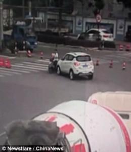 Travolto con la moto da auto, riesce a restare in piedi 7