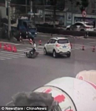 Travolto con la moto da auto, riesce a restare in piedi 4