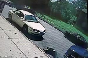 Guarda la versione ingrandita di YOUTUBE Travolto mentre entra in auto: finisce a due metri di distanza