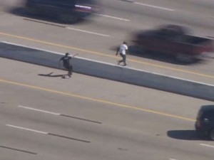 Guarda la versione ingrandita di YOUTUBE Uomo in fuga attraversa autostrada: fermato col taser tra macchine che sfrecciano