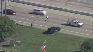 Uomo in fuga attraversa autostrada4