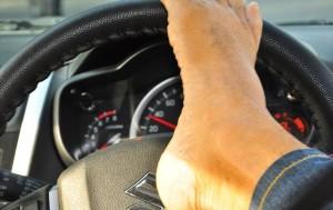 Guarda la versione ingrandita di Uomo senza braccia guida coi piedi grazie a patente speciale
