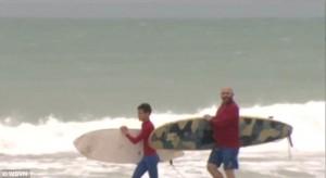 Guarda la versione ingrandita di YOUTUBE Uragano Matthew, papà e figlio se ne fregano dell'allerta e vanno a fare surf