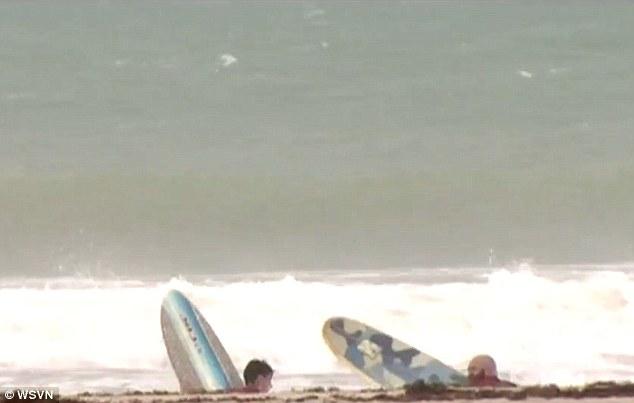 Uragano Matthew, papà e figlio se ne fregano dell'allerta e vanno a fare kite surf2
