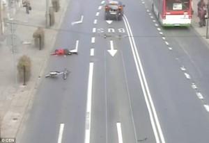 Guarda la versione ingrandita di YOUTUBE Va contromano e viene investito da auto: ciclista vola in aria
