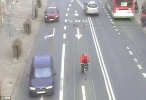 Va contromano e viene investito da auto ciclista vola in aria6