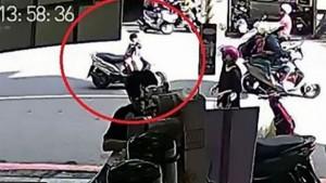 Guarda la versione ingrandita di YOUTUBE Padre scende da scooter: il figlio piccolo….