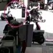 YOUTUBE Padre scende da scooter il figlio piccolo....3