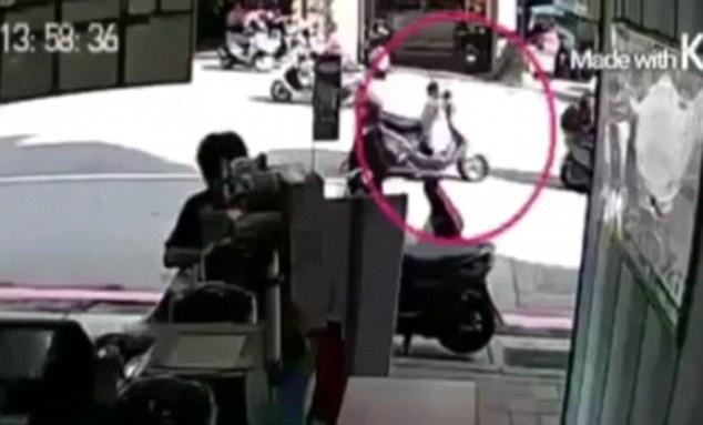 YOUTUBE Padre scende da scooter il figlio piccolo....2