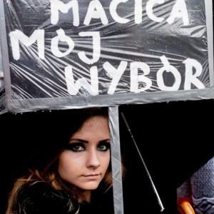 Guarda la versione ingrandita di Polonia si piega alle donne in nero: dietrofront sulla legge anti aborto
