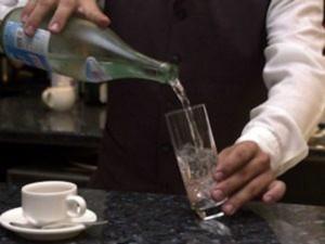 La barista gli serve detersivo al posto dell'acqua: grave un 27enne