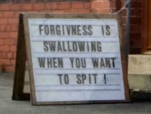 """Gaffe del reverendo, cartellone fuori chiesa: """"Perdono è ingoiare quando vuoi sputare"""""""