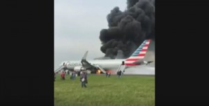 YOUTUBE Chicago: aereo American Airlines in fiamme sulla pista