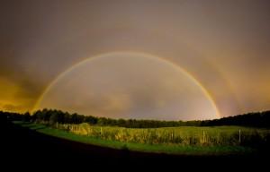 """""""Luna di sangue"""" e arcobaleno lunare illuminano il cielo di notte"""