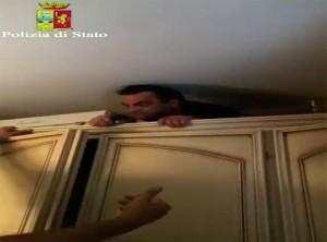 Boss Pelle spunta da dietro l'armadio