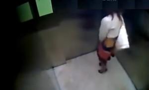 """VIDEO YOUTUBE Bisogno impellente, donna lascia """"ricordino"""" in ascensore"""