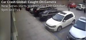 Per uscire dal parcheggio colpisce 21 volte auto accanto