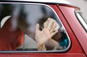 Coppia ha un rapporto in auto, la figlia seduta vicino a loro