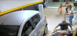 Perde controllo auto nel parcheggio: due morti, quattro feriti